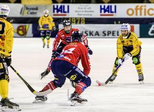 Brobergs Robert Dammbrol och Edsbyns Daniel Välitalo.