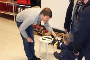 GDs nyhetschef Magnus Lundquist såg till att det var mödan värt att fotograferas och bjöd ett av barnen på en tjäder.