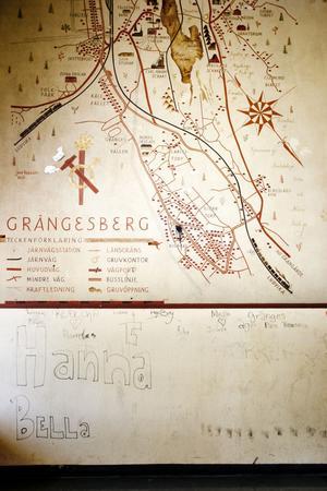 Konstnären Jerk Werkmästers karta över Grängesberg har lyckligtvis klarat sig lindrigt undan den övriga vandaliseringen.