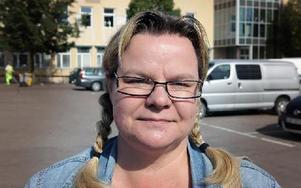 Maria Brändholm, 43, Bjursås– Ja, varför ska de inte få det när de står på torget i vått och torrt? Foto: Staffan Björklund