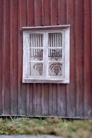 VÄDERBITET. Bakom fönsterglaset skymtar handmålad Gysingerullgardin i förminskad upplaga.