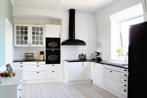 Familjens nya kök går i färgerna svart och vitt och turkost.