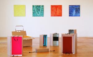 Malin Holmbergs lådor i Temporary housing. På väggen bakom hänger målningar av Windy Fur Rundgren.