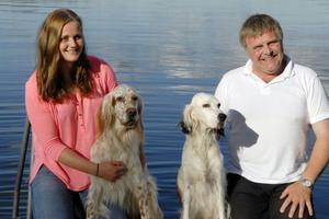 Stina och Richard med hundarna på bryggan vid sommarstället.