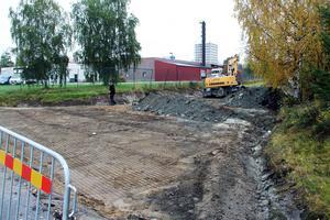 Man gräver upp vägbanan och lägger ner armeringsmattor för att stärka vägunderlaget.