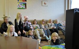 Samling vid tv:n. Stora delar av gänget på fritidsgården bänkade framför videon där en de populära filmerna om Sune spelas.