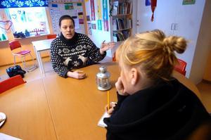 Sakabs miljöchef Hanna Eriksen åkte till förskolan Gullvivan i Pålsboda för att ge personalen information om lukten från Sakab. Barnen på förskolan som valt att inte gå ut fick därför gen sina fröknar veta att lukten var ofarlig.