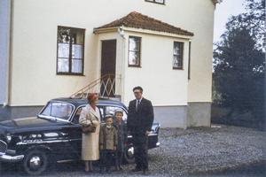Från slutet av juli 1956 fram till 1 januari 1962 bodde familjen Reslegård i prästgården. Här i början av juni 1959 var det då 40-åriga Katrina, Kia, 6-årige Ingmar, 9-åriga Elisabet och 39-årige Arne som var präst i Aspås. Husfasaden är gulnad av ljuset i den tidiga morgonen när vi for mot Uppsala för att fira min moster Brittas studentexamen.