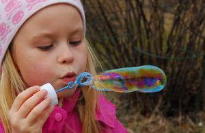 Mimmi ville blåsa långa bubblor och lyckades med det.