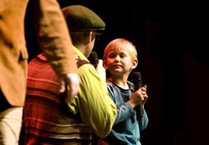5-årige Jonas Söderqvist fick en egen mikrofon av Hilding, en av Knäckebröderna, som trodde att Jonas ville sjunga på scenen. Men han ville bara dansa.