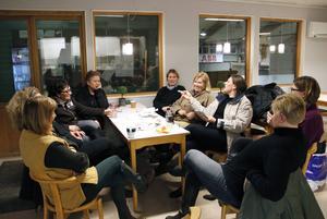Berit Torslund, Sandra Diekmann, Carina Jäderberg, Birgitta Wåhlstrand, Marie Berglund, Lotta Liljekvist, Stina Schönning, Anneli Åberg och Agneta Edin träffas varje torsdag i ridhuset i Kungsgården. Efter ridlektionen följer den långa fikastunden med prat och skratt om allt mellan himmel och jord.