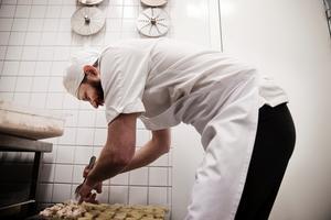 Kock från Grythyttan förbereder snittar till Örebrokompaniets mingel