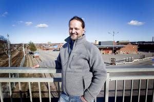 """Blev av med tusenlapp. """"Jag trivs med jobbet och arbetskamraterna. Det är trots allt viktigare än vad jag får i lönekuvertet"""", säger Peter Åberg, metallarbetare på Sandvik sedan 1989, som offrade en tusenlapp i månaden under finanskrisen."""