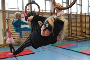 Runa Viktorsson, 6 år tycker om att hänga i ringar.