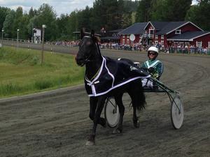 Isabelle Ångström ger ett segerleende åt en stor publik på Hotingtravet efter segern med Veabergets Stål.