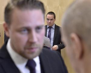 Fr v Gruppledaren Mattias Karlsson som låter Kenth Ekeroth (i bakgrunden) att hållas.
