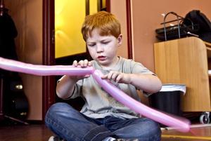 Pysslar. Unga Örnar tog hand om barnen medan papporna fick lyssna på föredrag och boktips. Här arbetar Fabian Rasmusson, fem år, på att göra ett ballongdjur.