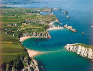 Vacker kust runt semesterorten Llanes i regionen Cantabrien.