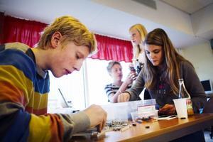 Här är Nyhedens lag i full gång. Simon Salomonsson och Hanna Lindgren jobbar med verktyg till roboten startbasen.