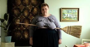 Iiu Susirajas självporträtt ifrågasätter kroppsideal och det  kommersiella fotografiets regler.