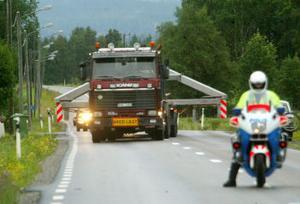 Trafikpolis Anders Klasson ligger före transporten och ser till att vägen hålls fri från trafik.