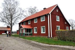 SKYDDAD. Larsgården förklarades som byggnadsminne 1994 då gården har vackra väggmålningar och har en välbevarad interiör.