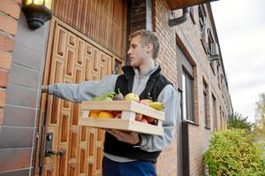 Dagens första kund. Jesper Alsén som driver företaget Alséns frukt serverar fruktlådor till privatpersoner och företag i Lindesbergs kommun. Först på dagens lista står företaget Wedevågs Färg som beställt en fruktlåda på fem kilo.