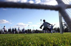 En bit in i andra halvlek gör Frösöns målvakt Gustaf Enerlöv en jättefin räddning på ett friläge. Det tar han med sig till nästa match!