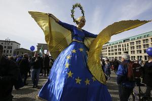 En kvinna klädd som Europa firade Romfördraget 60 år i Berlin i helgen.
