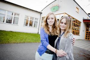 Och så hamnade de där igen, i fokus - Amanda Bransell och Sabina Dahlberg som vid onsdagskvällens Mångkulturafton på Aveny fick ta emot integrations- och ungdomspriset 2012.