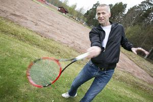 Anders Olson, ordförande i Leksand Tennisklubb gläds över att få nya grusplaner i Leksand till sommaren.