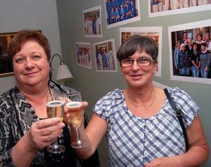 Marianne Bertilsson från den prisade Strokekliniken på Mora lasarett, med tre nationella utmärkelser på kort tid, skålar tillsammans med Karin Persson.