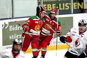 Mora besegrade tabelljumbon Karlskrona med 5-2. Här klappar Mattias Beck (till höger) om matchens förste målskytt – Mikael Zettergren. Foto: Johnny Fredborg
