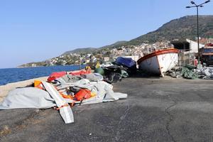 Flyktingarna färdas oftast i gummiåtar från Turkiet till Samos. Men färden är farlig och slutar ofta med att båten skärs sönder när kustpolisen kommer. Hamnen är full med gummibåtslik.