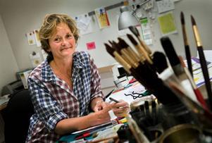 """Illustratören Maria Jönsson har skapat fantasifulla bilder till en lång rad barnböcker. Spyflugan Astrid och hundvalpen Morris är några av hennes skapelser.Foto: Ola Torkelsson/Scanpix""""Zucchini till en tax"""" är Maria Jönssons senaste bok."""