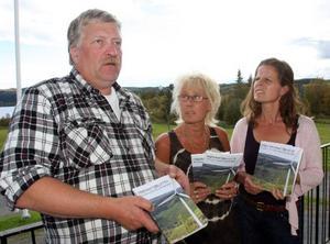 Sune Sjöström, Lollo Jönsson Oldstrand och Kersti Jonsson i föreningen Livskvalité i Offerdal sågar vindkraften i en ny bok.