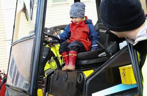 Noah Arntcén, 3 år från Östersund, provade på traktorn Dagaman under kosläppet på Torsta.