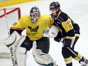 Både VIK och Björklöven spelar i VIK-tröjor under söndagens match i ABB Arena. VIK spelar i svarta matchställ. FOTO: ANDERS FORNGREN