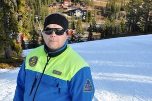 Martin Bock från Östersund botar snowboardabstinensen. Här i samspråk med sportchefen Palle Andersson