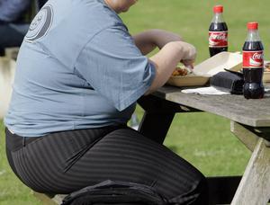 Feta personer som äter offentligt kan möta dömande blickar.