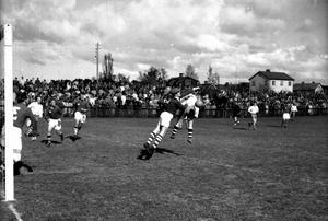 Het match anno 1953. Men vilka är det som spelar? Och på vilken plan?