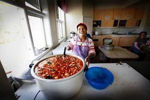 Mrs Thanthip är första kokerska och lagar stora thaigrytor åt de 74 plockarna.