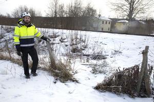 Nära Prästgårdsgatan har staketet tagits bort och en livsfarlig genväg över järnvägen har trampats upp, konstaterar Kristoffer Sjöstrand vid Skanska.