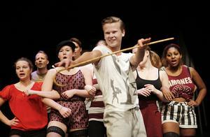 "repetition. Gustav Gälsing övar rollen som konferencier med Kit Kat Clubs dansare. Totalt medverkar 40–50 personer i ""Cabaret""-projektet."