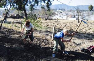 Trädgårdsarbete. Här arbetar Greta och Emilia i skolans trädgård där grödor för skolbarnens och deras familjers försörjning odlas. – Jorden består mest av grus och är mycket svårarbetad, säger de.