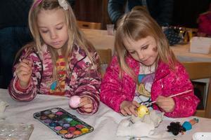 Syskonen Ebba och Clarah Gunnarsson valde olika kulörer på sina ägg.