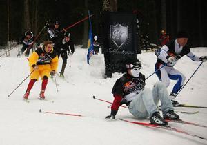 Tuppen, Oscar Quicklund, fick rycka av sig huvudbonaden för att han överhuvudtaget skulle kunna ha koll på motståndarna i den hisnande utförskörningen.  Foto: Olof Sjödin
