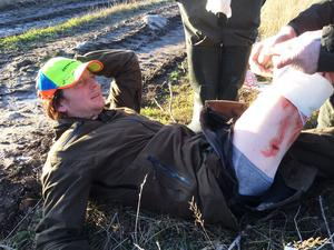 Jaktkamraterna tar hand om Johnny Bergström. En veterinär som ingår i jaktlaget la om hans sår.