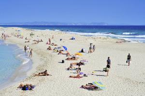 På stranden Platja Illetes på norra Formentera är vattnet turkosblått.   Foto: Shutterstock.com