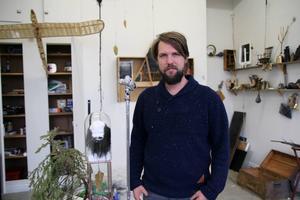 Bo Christian Larsson är en internationellt välkänd konstnär som nu hittat till Älvkarheds gamla skola utanför Alfta tillsammans med konstnären Sara-Vide Ericson och deras dotter Varja.